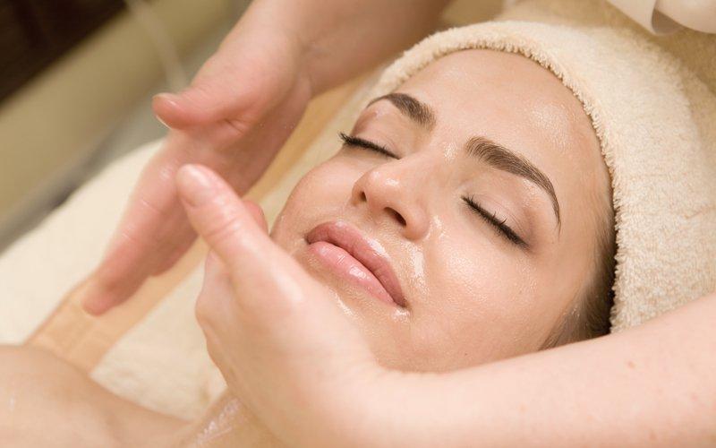 Боремся с морщинами на лице при помощи медового массажа в домашних условиях
