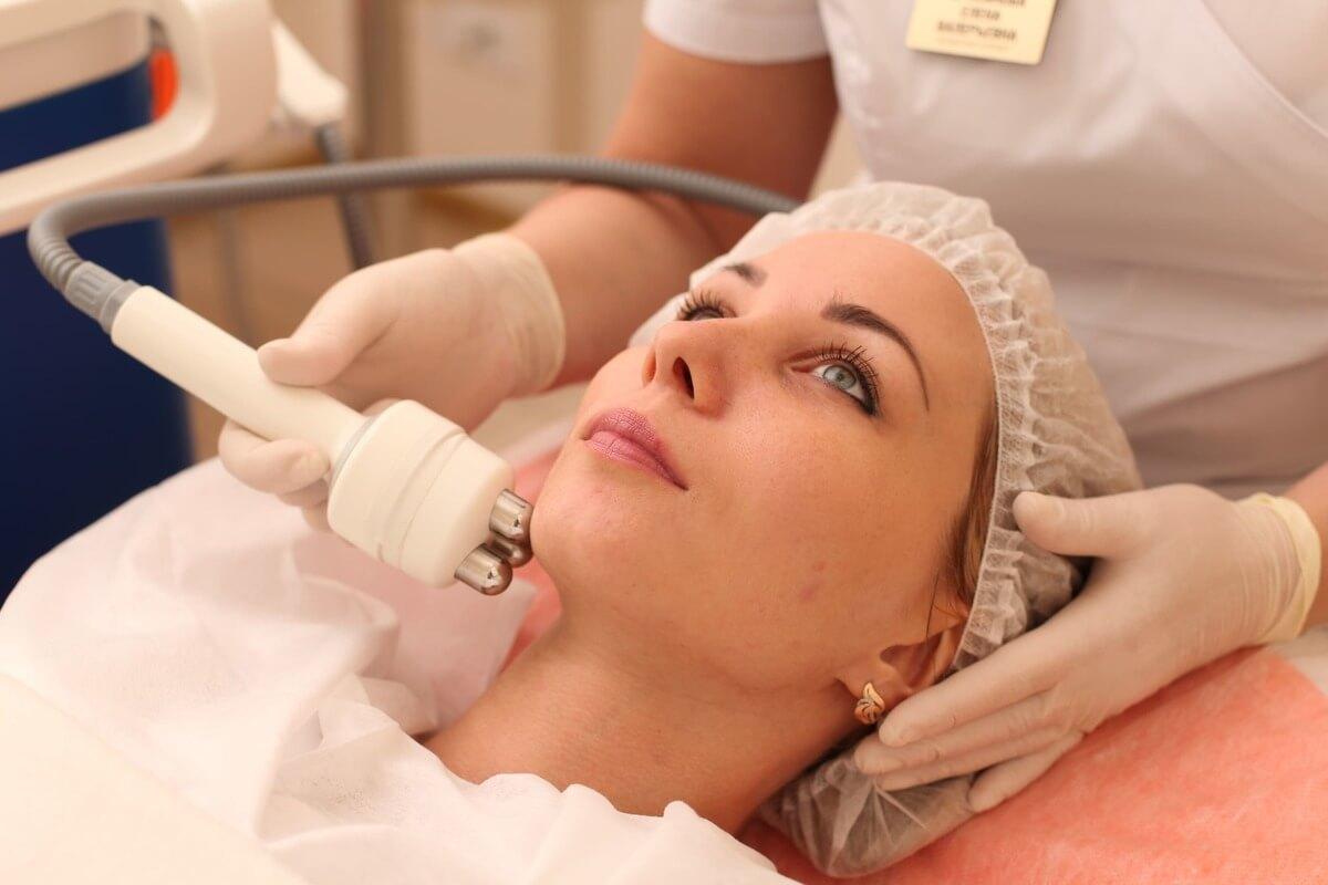 Как в салонах проводится rf-лифтинг лица в качестве омолаживающей процедуры