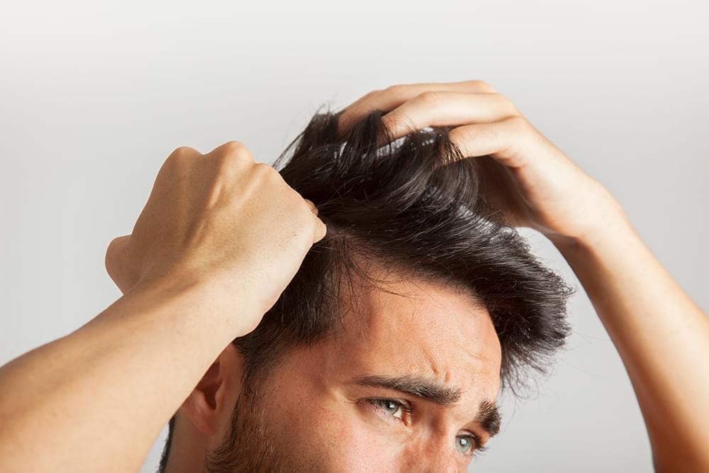 Почему происходит выпадение волос у мужчин в молодом возрасте и как его лечить?