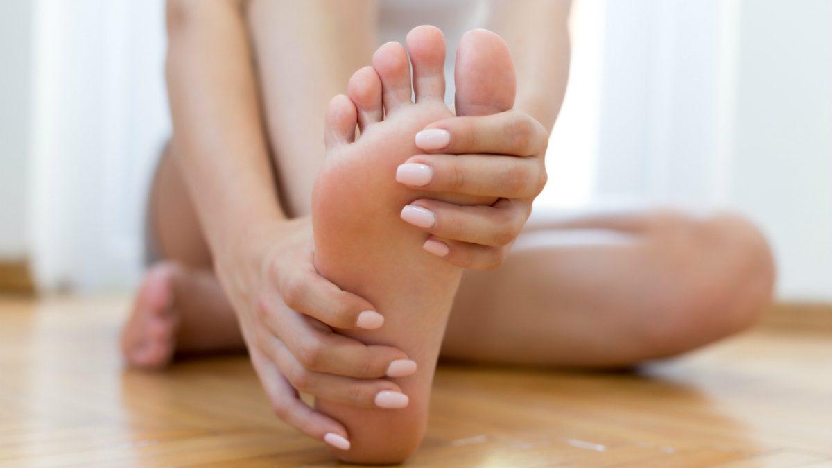 Сухая мозоль на мизинце ноги: что это, почему появляется и как удалить?