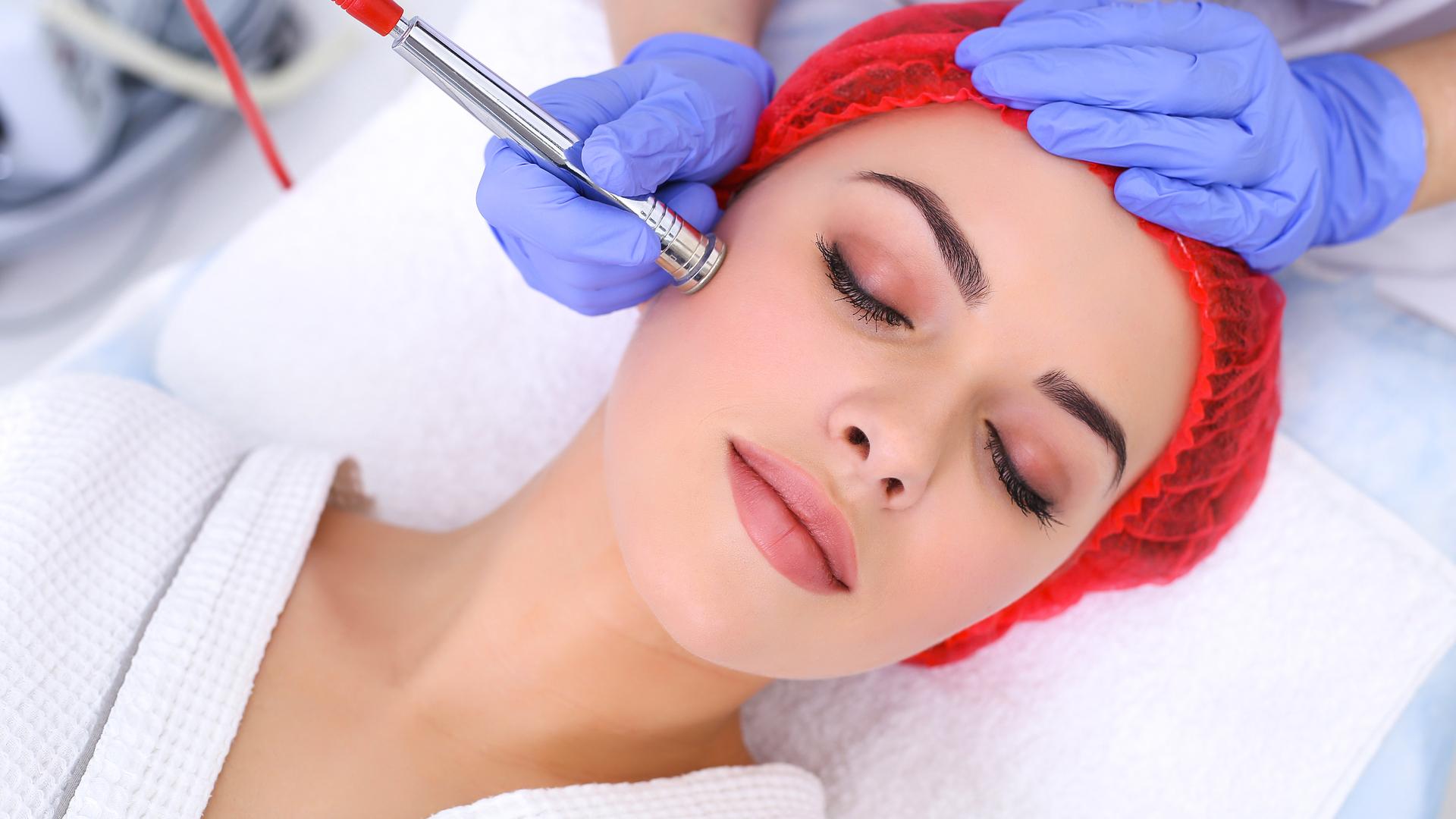 Достоинства процедуры алмазной дермабразии лица и тела