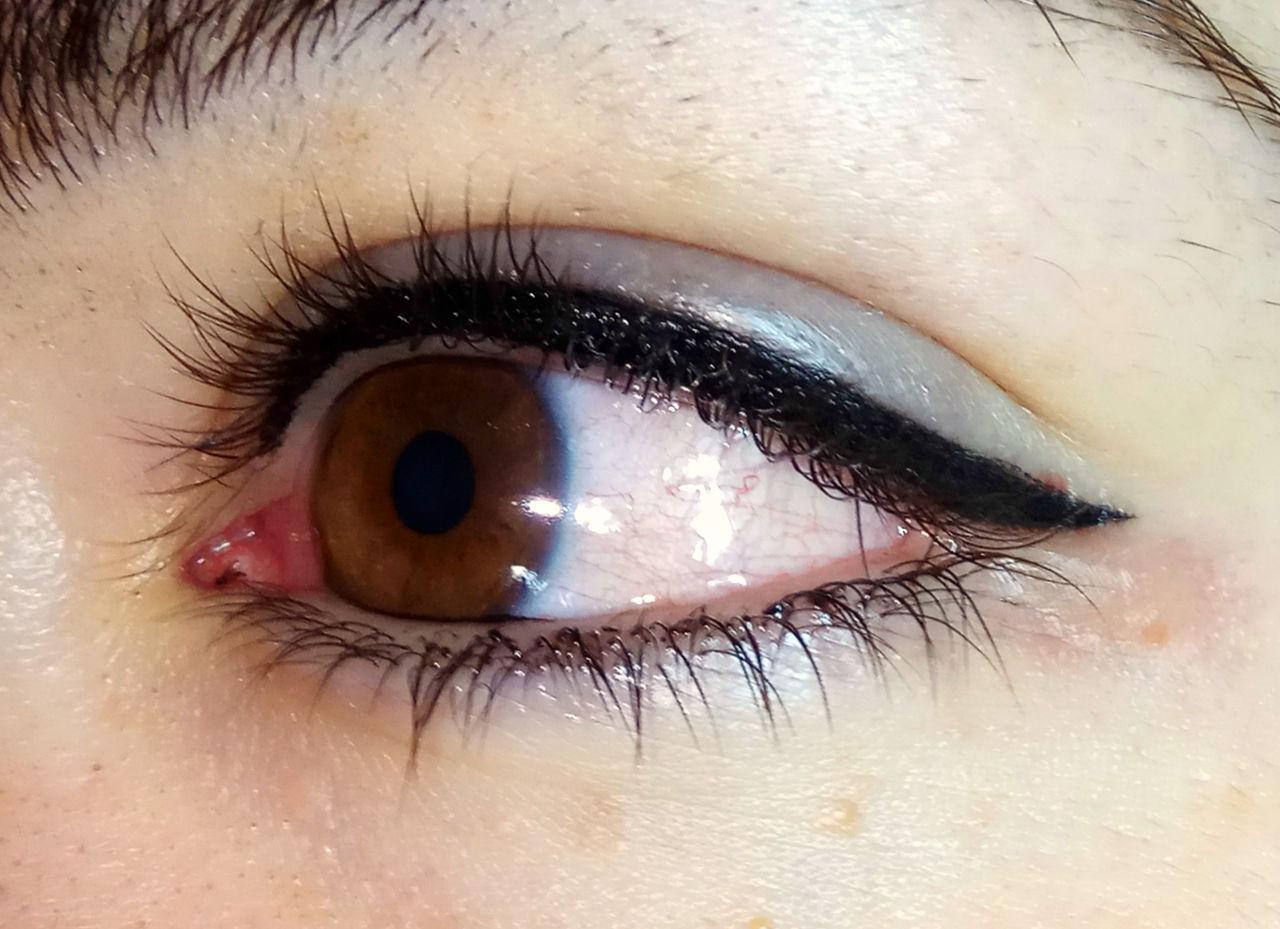 Особенности татуажа стрелок на глазах: алгоритм действий
