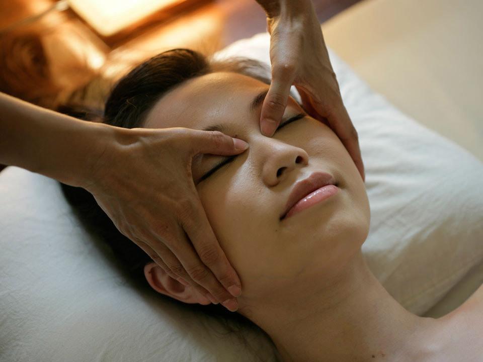 Как делать массаж лица от морщин в домашних условиях — уроки на фото и видео