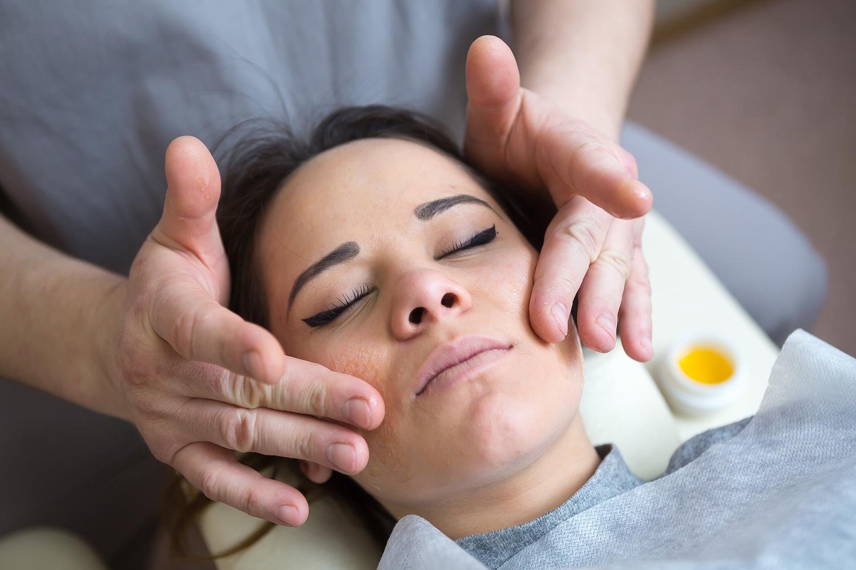 Медовый массаж от целлюлита. как правильно делать для похудения живота, спины, ног, ягодиц в домашних условиях. видео-уроки