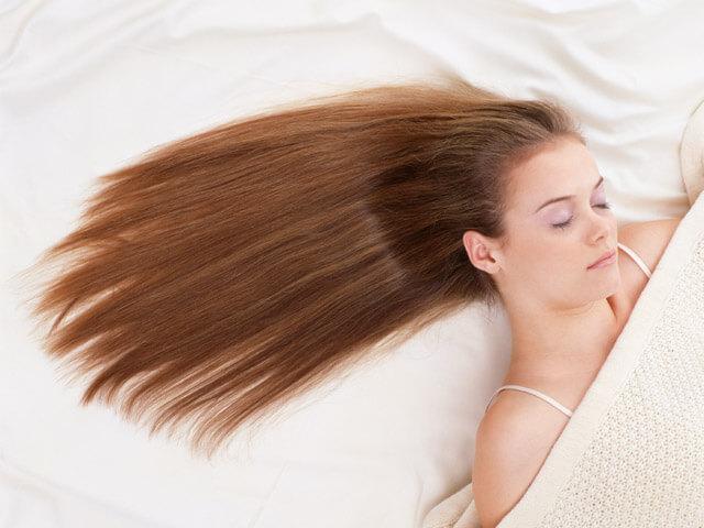 Выпавшие волосы в руках