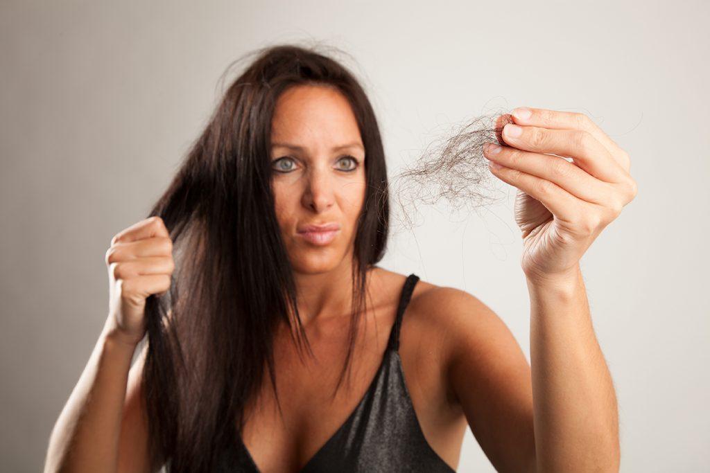 Норма выпадения волос в день у женщин. сколько волос выпадает у человека в день: норма, способы подсчета.